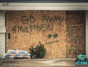 Na barikády lidi psali různý vzkazy pro Matthewa :-)